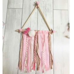 Atrapasueños triangular en tonos rosa-salmón-blanco